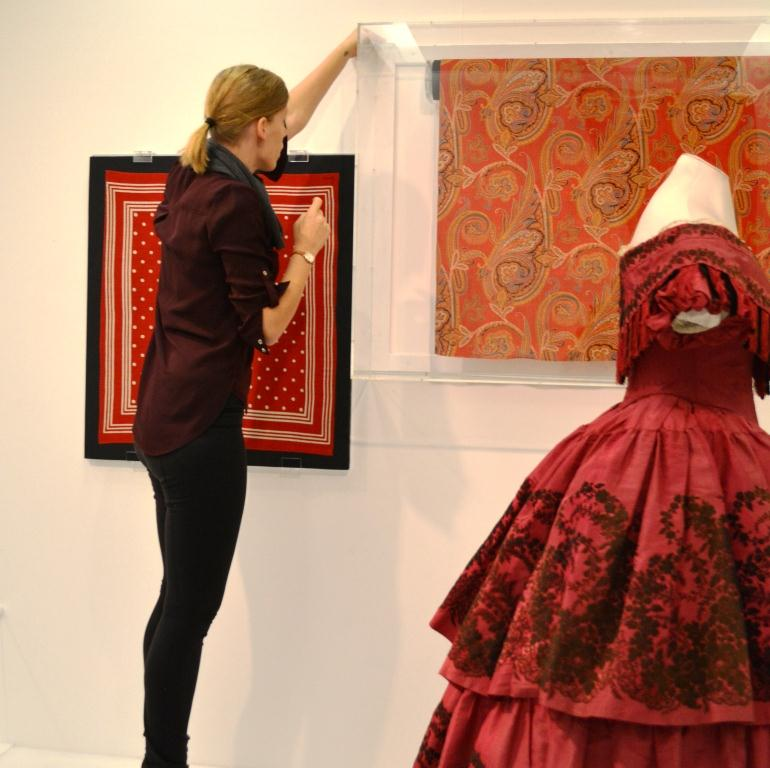 Exhibition Displays Glasgow : Monitoring costume on display a collaborative project